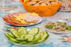 Πιάτα στον πίνακα εορταστικός πίνακας μήλων ανασκόπησης συμποσίου καλαθιών εστίασης καρπού σταφυλιών επιτραπέζια tartlets σαλατών Στοκ Εικόνες