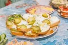 Πιάτα στον πίνακα εορταστικός πίνακας μήλων ανασκόπησης συμποσίου καλαθιών εστίασης καρπού σταφυλιών επιτραπέζια tartlets σαλατών Στοκ εικόνες με δικαίωμα ελεύθερης χρήσης