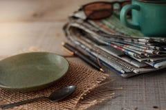 Πιάτα στο ξύλινο πάτωμα Στοκ φωτογραφία με δικαίωμα ελεύθερης χρήσης