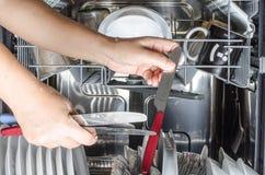 Πιάτα στο πλυντήριο πιάτων στοκ φωτογραφία