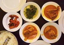 Πιάτα Padang Nasi που εξυπηρετούνται στα πιάτα έτοιμα ναφαγωθούν Στοκ Εικόνα