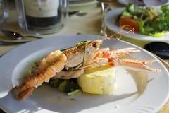 Πιάτο αστακών με τα λαχανικά σε ένα άσπρο πιάτο Στοκ Φωτογραφίες