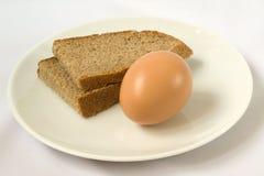 πιάτο αυγών ψωμιού Στοκ φωτογραφίες με δικαίωμα ελεύθερης χρήσης