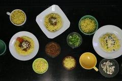 Πιάτο βόειου κρέατος και κοτόπουλου των κινεζικών νουντλς στην κουζίνα Στοκ εικόνες με δικαίωμα ελεύθερης χρήσης