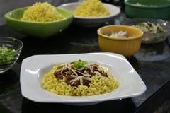 Πιάτο βόειου κρέατος και κοτόπουλου των κινεζικών νουντλς Στοκ Φωτογραφίες