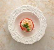 Πιάτο γαρίδων και ντοματών στο μαρμάρινο υπόβαθρο Στοκ Εικόνα