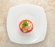 Πιάτο γαρίδων και ντοματών στο μαρμάρινο υπόβαθρο Στοκ εικόνες με δικαίωμα ελεύθερης χρήσης