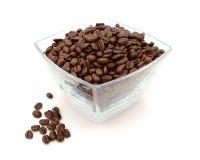 Πιάτο γυαλιού που γεμίζουν με τα φασόλια καφέ, μερικά που ανατρέπονται εκτός από Στοκ φωτογραφία με δικαίωμα ελεύθερης χρήσης