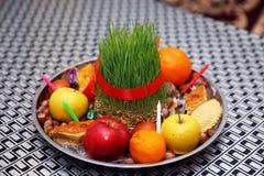 Πιάτο δίσκων Novruz με το εθνικό pakhlava ζύμης του Αζερμπαϊτζάν και το πορφυρό μαντίλι μεταξιού shekerbura Semeni στα εκλεκτής π Στοκ εικόνα με δικαίωμα ελεύθερης χρήσης
