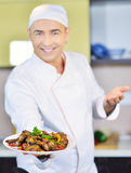 Πιάτο εκμετάλλευσης μαγείρων με τα τρόφιμα στο χαιρετισμό της χειρονομίας Στοκ φωτογραφίες με δικαίωμα ελεύθερης χρήσης