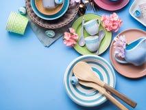 Πιάτο επιτραπέζιου σκεύους που τίθεται στο μπλε υπόβαθρο κρητιδογραφιών Στοκ Εικόνες