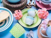 Πιάτο επιτραπέζιου σκεύους που τίθεται στο μπλε υπόβαθρο κρητιδογραφιών Στοκ Φωτογραφία