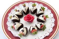 Πιάτο επιδορπίων με τις φράουλες που ντύνονται στις ουρές στοκ φωτογραφία με δικαίωμα ελεύθερης χρήσης