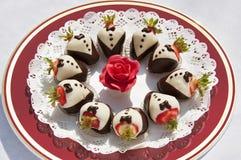Πιάτο επιδορπίων με τις φράουλες που ντύνονται στις ουρές στοκ εικόνες