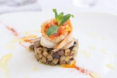 Πιάτο εστιατορίων με την αντσούγια, τη μελιτζάνα, την πέστροφα και τη μέντα Στοκ εικόνες με δικαίωμα ελεύθερης χρήσης