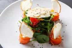 Πιάτο εστιατορίων στο άσπρο πιάτο στο μαύρο υπόβαθρο, κινηματογράφηση σε πρώτο πλάνο Στοκ εικόνα με δικαίωμα ελεύθερης χρήσης