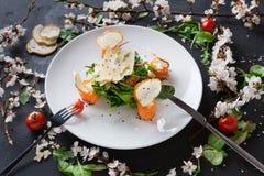 Πιάτο εστιατορίων στο άσπρο πιάτο στο μαύρο υπόβαθρο Στοκ εικόνα με δικαίωμα ελεύθερης χρήσης