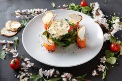 Πιάτο εστιατορίων στο άσπρο πιάτο στο μαύρο υπόβαθρο Στοκ φωτογραφίες με δικαίωμα ελεύθερης χρήσης