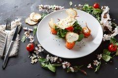 Πιάτο εστιατορίων στο άσπρο πιάτο στο μαύρο υπόβαθρο Στοκ εικόνες με δικαίωμα ελεύθερης χρήσης