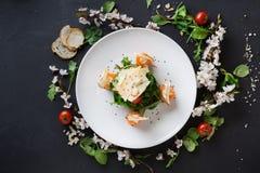 Πιάτο εστιατορίων στο άσπρο πιάτο στο μαύρο υπόβαθρο Στοκ φωτογραφία με δικαίωμα ελεύθερης χρήσης