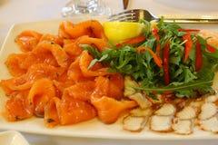 Πιάτο θαλασσινών ψαριών με την καπνισμένη γαρίδα σολομών stergeon Στοκ Εικόνα