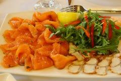 Πιάτο θαλασσινών ψαριών με την καπνισμένη γαρίδα σολομών stergeon Στοκ φωτογραφία με δικαίωμα ελεύθερης χρήσης