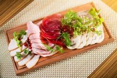 Πιάτο λιχουδιών κρέατος με το ρόδι, τον άνηθο και το μαϊντανό Στοκ φωτογραφίες με δικαίωμα ελεύθερης χρήσης