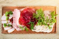 Πιάτο λιχουδιών κρέατος με το ρόδι, τον άνηθο και το μαϊντανό Στοκ εικόνα με δικαίωμα ελεύθερης χρήσης