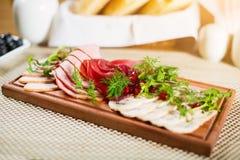 Πιάτο λιχουδιών κρέατος με το ρόδι, τον άνηθο και το μαϊντανό Στοκ Εικόνες