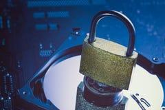Πιάτο κίνησης σκληρών δίσκων με ένα λουκέτο σε το Μητρική κάρτα ως υπόβαθρο Ασφάλεια εγκλήματος πληροφοριών ιδιωτικότητας στοιχεί Στοκ Φωτογραφία