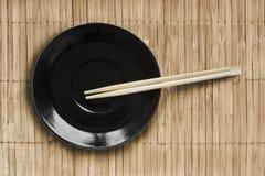 Πιάτο και chopsticks Στοκ φωτογραφία με δικαίωμα ελεύθερης χρήσης
