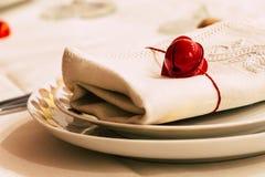 Πιάτο καρδιών σε έναν άσπρο πίνακα στοκ φωτογραφία με δικαίωμα ελεύθερης χρήσης