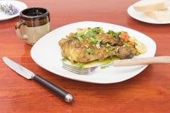 Πιάτο κοτόπουλου που μαγειρεύεται με τα μανιτάρια στοκ εικόνες
