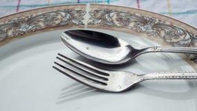 Πιάτο, κουτάλι & δίκρανο στον πίνακα Στοκ Φωτογραφία