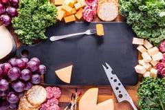 Πιάτο κρέατος και τυριών με τις κροτίδες και τα σταφύλια Στοκ εικόνες με δικαίωμα ελεύθερης χρήσης
