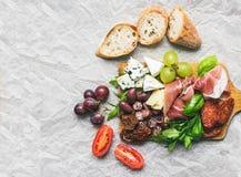 Πιάτο κρέατος και τυριών στον αγροτικό ξύλινο πίνακα άνω του BA της Λευκής Βίβλου Στοκ Εικόνα