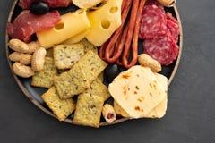 Πιάτο κρέατος και τυριών Το παραδοσιακό ιταλικό antipasto, τέμνων πίνακας με το σαλάμι, κρύο κάπνισε το κρέας, prosciutto, ζαμπόν στοκ φωτογραφίες με δικαίωμα ελεύθερης χρήσης