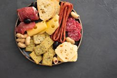 Πιάτο κρέατος και τυριών Το παραδοσιακό ιταλικό antipasto, τέμνων πίνακας με το σαλάμι, κρύο κάπνισε το κρέας, prosciutto, ζαμπόν στοκ φωτογραφία με δικαίωμα ελεύθερης χρήσης