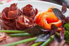 Πιάτο κρέατος με τα φρέσκα χορτάρια, Uglich, Ρωσία Στοκ Φωτογραφία
