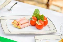 Πιάτο κρέατος με τις ντομάτες στοκ φωτογραφίες
