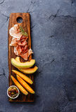 Πιάτο κρέατος με το ζαμπόν, το πεπόνι και τις ελιές Στοκ φωτογραφίες με δικαίωμα ελεύθερης χρήσης