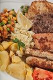 Πιάτο κρέατος μιγμάτων με τις τηγανιτές πατάτες Στοκ Εικόνες