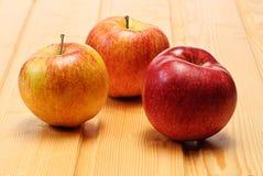 πιάτο μήλων ξύλινο στοκ εικόνες