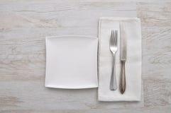 Πιάτο, μαχαιροπήρουνα και ύφασμα στο ξύλο Στοκ φωτογραφίες με δικαίωμα ελεύθερης χρήσης