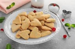 Πιάτο με διαμορφωμένα τα καρδιά βουτύρου μπισκότα στοκ εικόνες