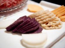Πιάτο με ποικίλα ακατέργαστα φρέσκα λαχανικά στοκ εικόνες με δικαίωμα ελεύθερης χρήσης