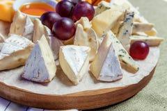 Πιάτο με τα διαφορετικά τυριά στοκ εικόνα με δικαίωμα ελεύθερης χρήσης