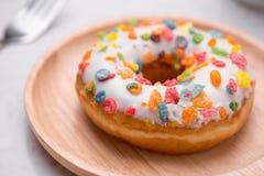 Πιάτο με τα εύγευστα donuts στο μαρμάρινο υπόβαθρο Στοκ φωτογραφία με δικαίωμα ελεύθερης χρήσης
