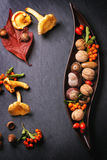 Πιάτο με τα καρύδια και τα μούρα Στοκ εικόνα με δικαίωμα ελεύθερης χρήσης
