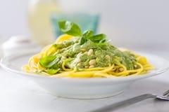 Πιάτο με τα μακαρόνια που ολοκληρώνονται με την πράσινη σάλτσα Στοκ εικόνες με δικαίωμα ελεύθερης χρήσης